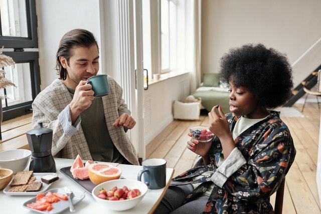 Un homme et une femme prenant leur petit déjeuner