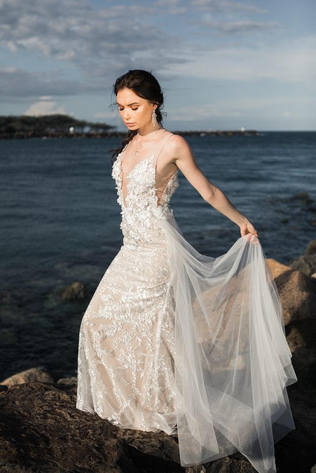 Une femme portant une robe de mariée